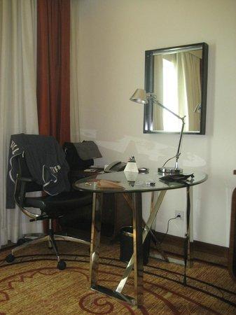 DoubleTree by Hilton Gurgaon-New Delhi NCR: Schreibtisch