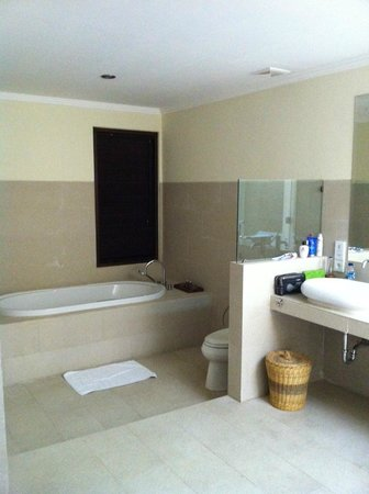 Kamuela Villas and Suite Sanur: Bathtub