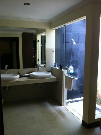 Kamuela Villas and Suite Sanur: Outdoor shower
