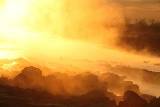 Tama River: 赤く染まった川霧