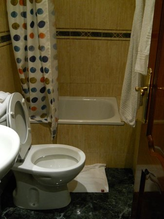 Hostal Bruna : ok bathroom, very clean