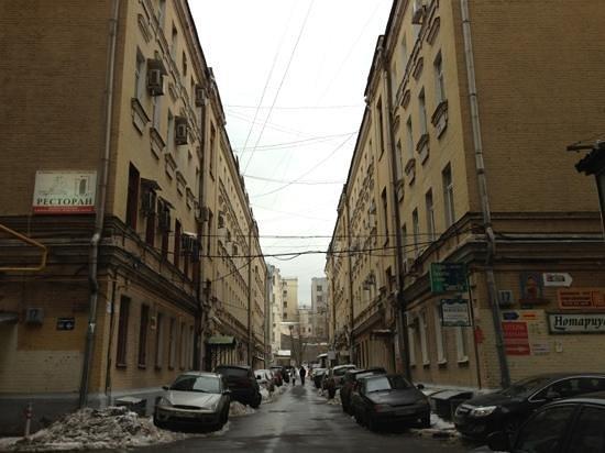 mini hotel Petrovka Loft: слева дом - 2 подъезд от начала строения - Petrovka-LOFT
