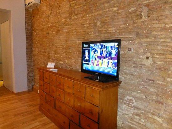 Barcelona Nextdoor Apartments : télé