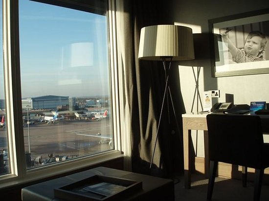 Radisson Blu Hotel, Manchester Airport: Desk area by the window