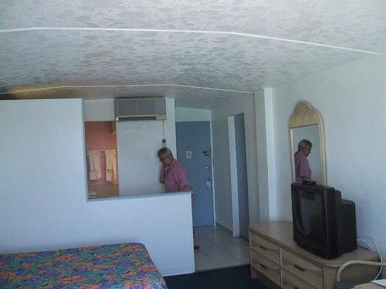 Hotel Caravelle on St. Croix : Room - kitchen view