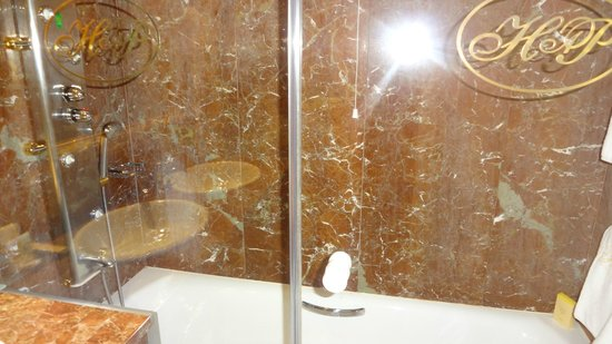 Hotel Alameda Palace: Bathroom with shower recess