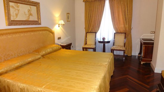 Hotel Alameda Palace: Bedroom with gold theme