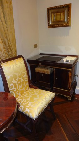 Hotel Alameda Palace: Bedroom & desk