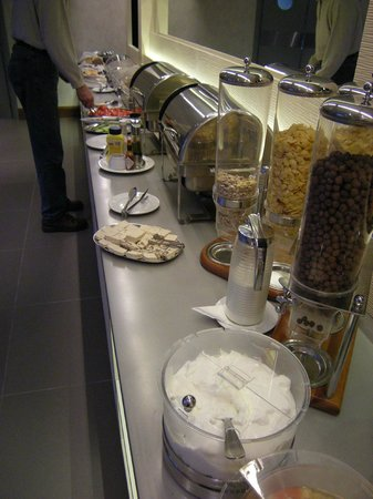 Central Athens Hotel: part of the buffet counters