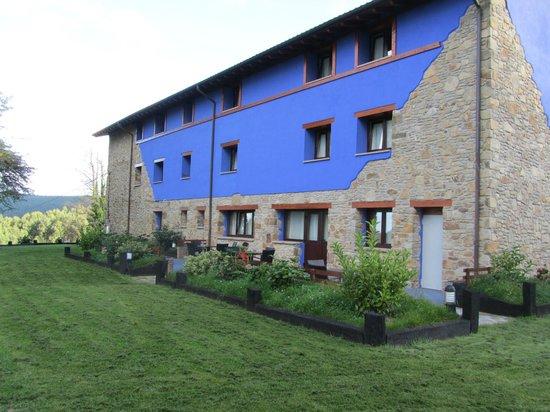 Hotel-Apartamento Rural Atxurra: Exterior del hotel junto al comedor