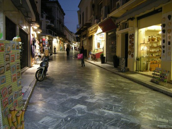 Central Hotel Athens: beautiful Plaka street at night