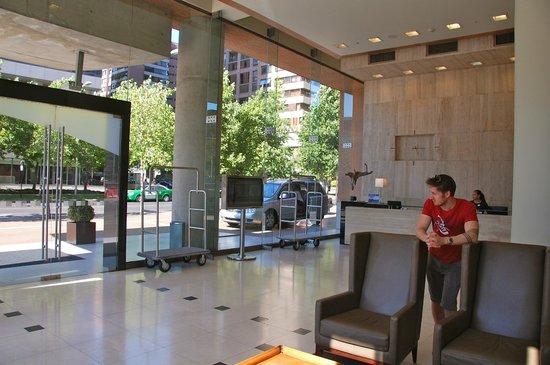 Holiday Inn Express Santiago Las Condes: Reception area.