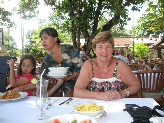 โรงแรมคูมาลาพันไท: Dining outside at Kumala Pantai