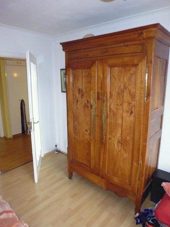 Bed in Munich : Zimmer sehr stilvoll eingerichtet, hier mit bretonischem Schrank