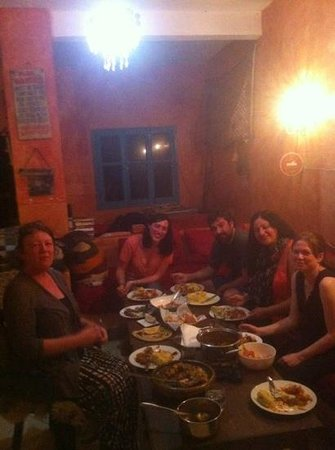 Aftas Beach Guest House : Some of the guests eating together at Aftas beach house. great evening!