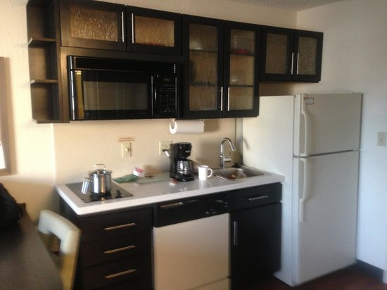 Candlewood Suites Philadelphia - Mt. Laurel : Updated kitchen