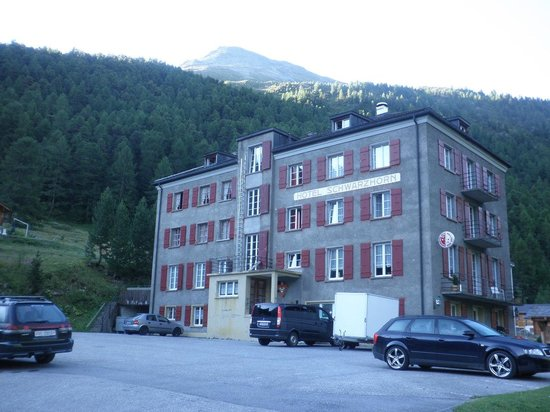 Schwarzhorn Hotel: Hotel entrance Side