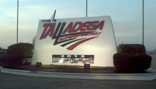 Dale Jarrett Racing Adventure: Entryway to the track