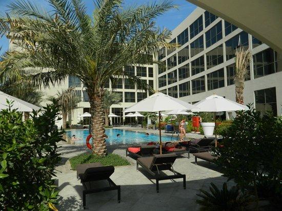 Centro Sharjah: Вот так выглядит территория возле бассейна