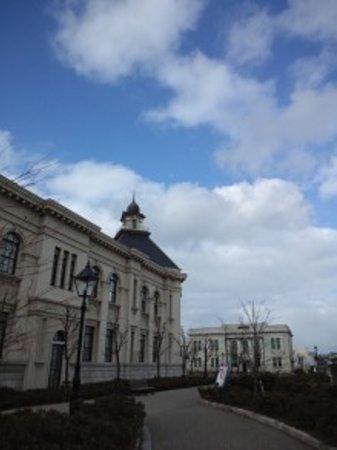 Minatopia Niigata City History Museum: 手前が新潟歴史博物館(みなとぴあ)で奥が旧第四銀行住吉支店