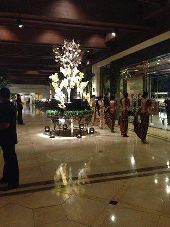 Sofitel Philippine Plaza Manila: 豪華なエントランス