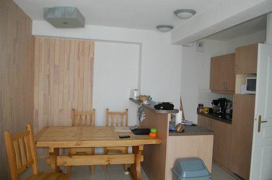 Les Balcons des Airelles : salle à manger et cuisine