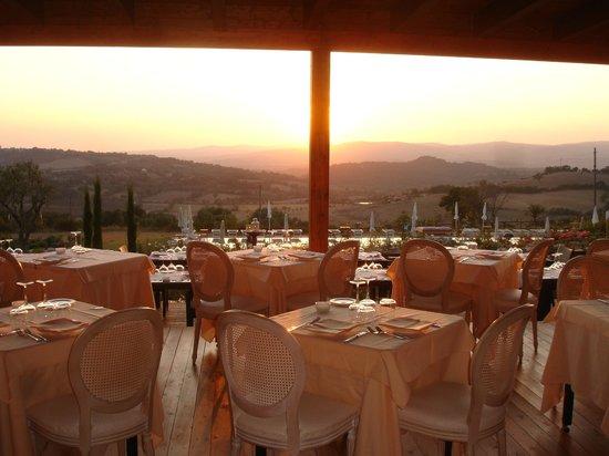 Poggio Murella, Italy: dalla sala ristorante un tramonto