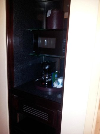 La Quinta Inn & Suites Secaucus Meadowlands: small bar/fridge area between bedroom and front room