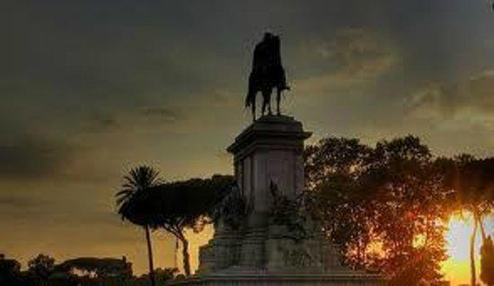 Miriam Guesthouse : Garibaldi al Gianicolo al tramonto...