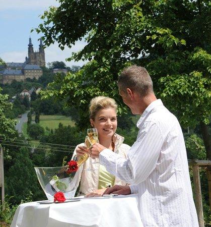 Berggasthof Banzer Wald: Empfangsbereich mit Blick zum Kloster