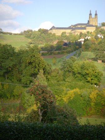 Berggasthof Banzer Wald: Blick aus dem Biergarten nach Kloster Banz