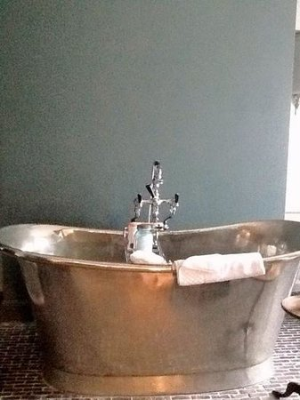 The Wheatsheaf Inn: Massive Bath!