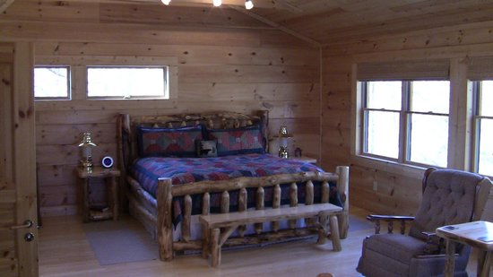 Chilhowee Mountain Retreat: Very comfortable bed.