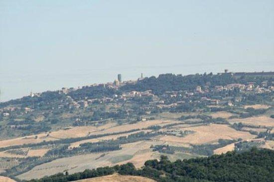 Agriturismo Fonte Martino: Vista di Voterra dalle camere