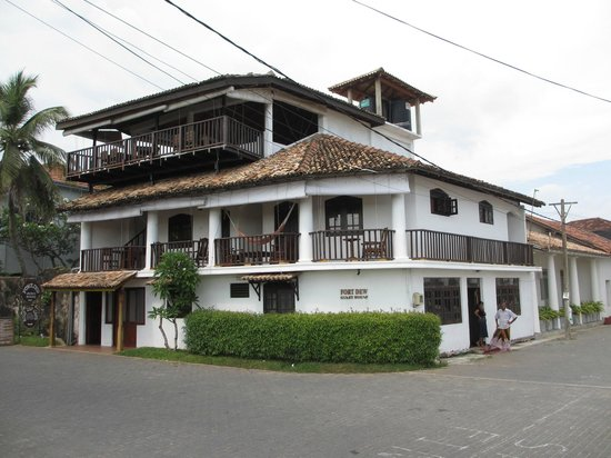 Fort Dew Guest House : Hotel as seen from street.