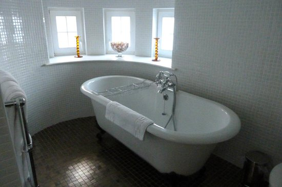 Carnbooth House Hotel: Free standing bath in round turret room