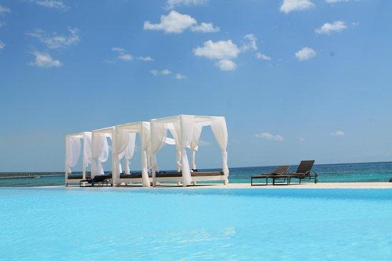 Viva Wyndham Dominicus Beach: piscina al ristorante la roca