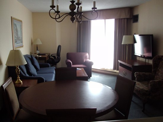 Les Suites Hotel Ottawa: Front/Dining room