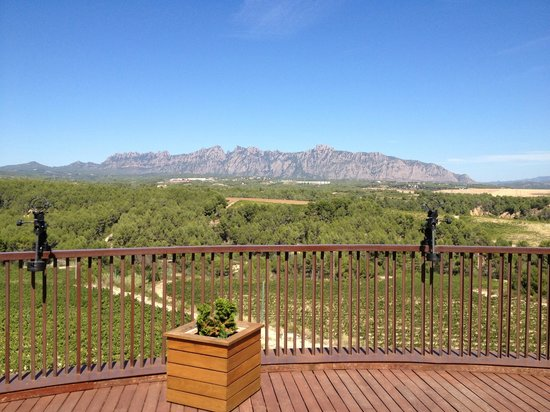 Can Bonastre Wine Resort: View from Breakfast terrace towards Montserrat