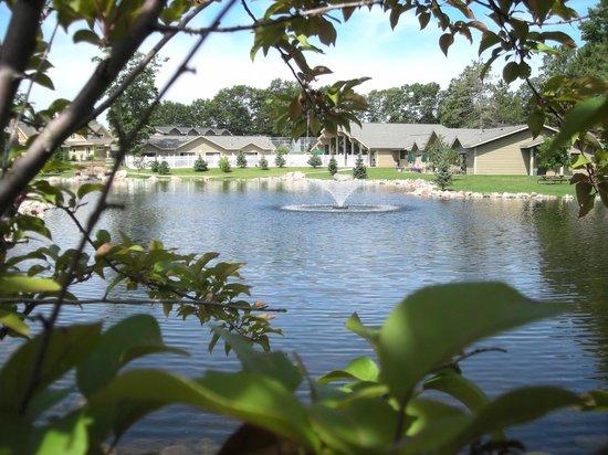 Kavanaugh's Resort: Pond side pool suites and pool area