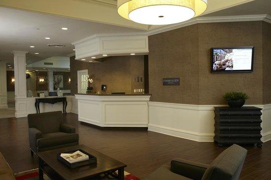 Ethan Allen Hotel: Hotel Front Desk