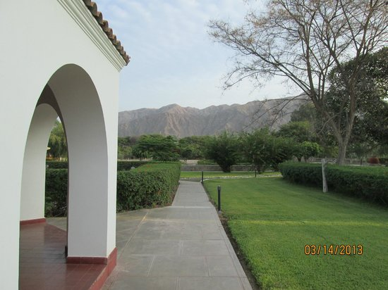 Hotel Nuevo Cantalloc: Out into the gardens
