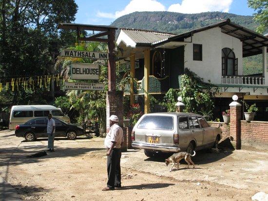 Wathsala Inn : Hotel as seen from road