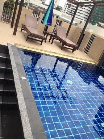 iCheck inn Residences Sukhumvit 20: piscina