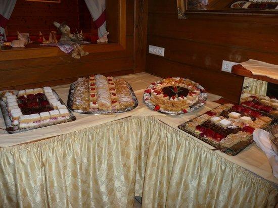 Gartenhotel  Daxer: Cakes at the buffet.