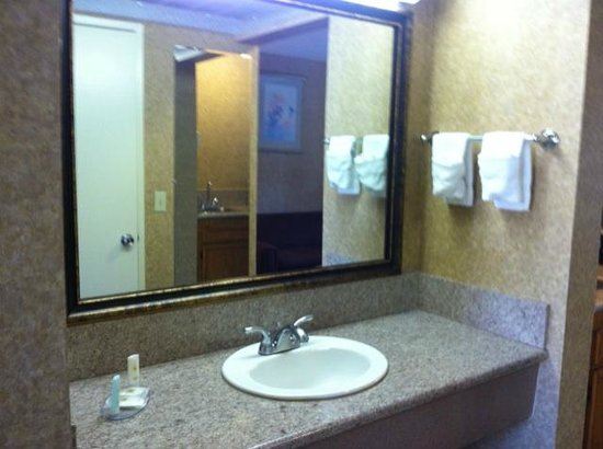 Comfort Inn Moreno Valley near March Air Reserve Base: Suite vanity