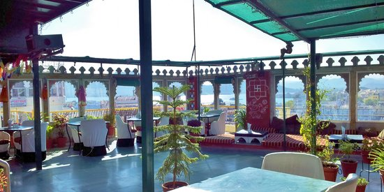 Hotel Udai Niwas: roof top restaurant