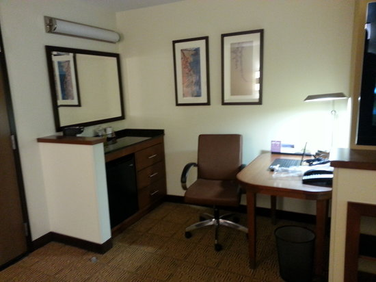 Hyatt Place Richmond Airport: Room's Office Area