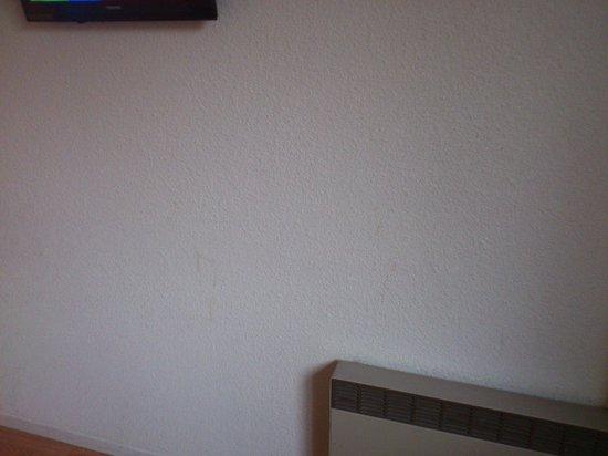 Hotel du Coq : Mur face au lit sale !