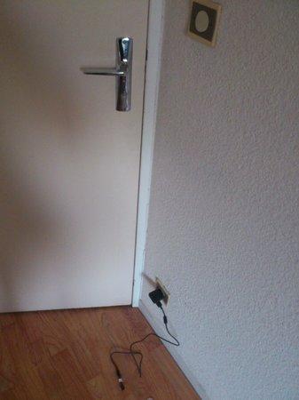 Hotel du Coq : l'unique prise de courant de la chambre !!!